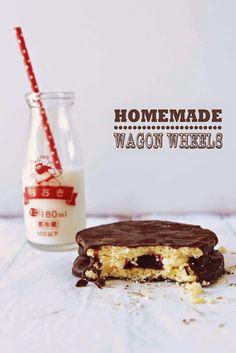Homemade Wagon Wheels - For Australia Day! Homemade Wagon Wheels - For Australia Day! Aussie Food, Australian Food, Australian Recipes, Homemade Chocolate Bars, Chocolate Bar Recipe, Yummy Treats, Sweet Treats, Yummy Food, Pavlova