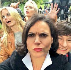Regina, Emma, Elsa e Henry ❤