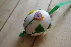 Květinová velikonoční vajíčka - Tato jednoduchá velikonoční vajíčka byla pouze ozdobena lístky a květy vystřiženými z plsti  ( DIY, Hobby, Crafts, Homemade, Handmade, Creative, Ideas, Handy hands)