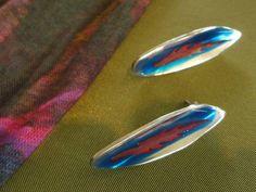 De zilvervloot oorbellen met een stukje van Japanse esdoorn