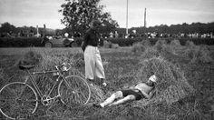 Juillet 1939, à Pau. Au beau milieu d'une étape du Tour de France, le cycliste français Amédée Fournier reprend des forces dans un champ.