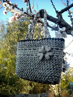This great crochet bag has found it's way to the top of my must-do list!!