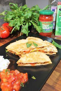 Jauheliha Quesadillat ja raikas kurkkusalaatti Taco Sauce, Sweet And Salty, Tex Mex, Bruschetta, Gluten Free Recipes, Tacos, Food And Drink, Mexican, Yummy Food