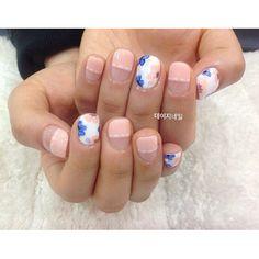 Feminine flower nails