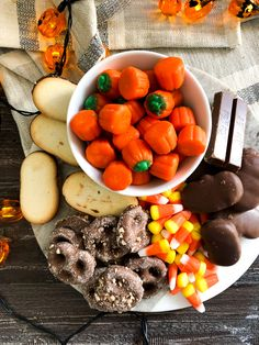 Bonbon Halloween, Fete Halloween, Halloween Decorations, Plateau Charcuterie, Charcuterie Board, Oreo, Yogurt Pretzels, Milano Cookies