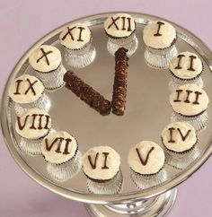 New Years Cupcake Clock. Bake and wait until midnight to eat them!!