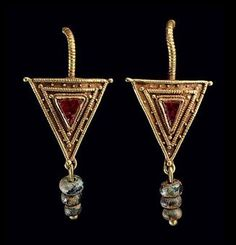 A PAIR OF ROMAN GOLD, GARNET AND GLASS EARRINGS  CIRCA 2ND-3RD CENTURY A.D.