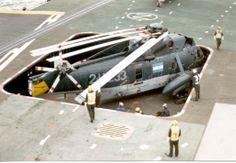 Sikorsky S-61.D4 emergiendo a cubierta desde uno de los ascensores del portaaviones ARA 25 de Mayo