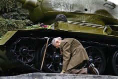 An old WW2 Russian tank veteran finally found the old tank in which he passed through the entire war – standing in a small Russian town as a...