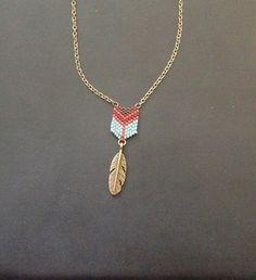 Collier mi-long composé : - d'une belle plume bronze - de perles tissées à la main à l'aiguille, tissage en peyote Collier réglable grâce à sa chaînette d'allonge - 18417233