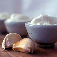 TOUM (sauce à l'ail) #liban •12 gousses d'ail •3/4 de tasse d'huile d'olive •le jus d'1/2 citron •sel