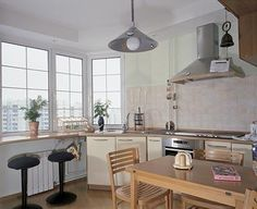 Кухня Огромный, во всю ширину комнаты эркер подсказал идею устроить вместо подоконника