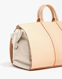 A weekender duffle bag from Building Block with a spacious and roomy interior created in collaboration with Apiece Apart. Features an Italian vegetable tanned leather shell with a washable, removable canvas interior. My Bags, Purses And Bags, Mode Rose, Best Bags, Beautiful Bags, Leather Craft, Tan Leather, Travel Bags, Fashion Bags