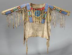 Рубаха Черноногих, кожа антилопы.  Период 1870. Возможно бисерные полосы изготовлены Кроу или сделаны под их влиянием. Коллекция John S. MacKay.