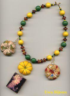 Collier avec pendentif en bois, coussins en tissu, perles en bois et en corne.