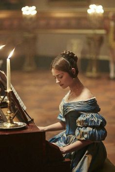 TV series : Victoria plays the piano for Prince Albert