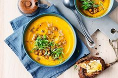 Roasted carrot soup with goat's cheese toast Guaranteed to please the family and the Easter bunny alike. Roasted Carrot Soup, Roasted Carrots, Chicken And Sweetcorn Soup, Cheese Toast Recipe, Midweek Meals, Easy Meals, Freezer Meals, Sour Soup, Italian Soup