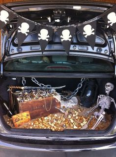 Trunk or Treat! Fun Ideas for the Newest Halloween Trend - Pirate trunk or treat. Photo courtesy of Tipjunkie Dulces Halloween, Fete Halloween, Halloween Fashion, Holidays Halloween, Halloween Treats, Happy Halloween, Halloween 2019, Car Decorations For Halloween, Halloween Costumes
