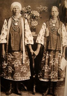 Етнічне. Дівоче - ********************** Old Photos, Vintage Photos, Folklore, Caucasian Race, Polish Embroidery, Authentic Costumes, Vintage Outfits, Vintage Fashion, Ethno Style