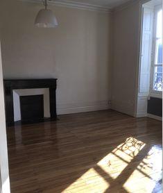 Faites entrer le soleil dans votre intérieur ! L'Atelier des sols vous accompagne dans votre projet de rénovation. Contactez-nous pour plus d'informations. Pose Parquet, Hardwood Floors, Flooring, Brest, Tile Floor, Deco, Walk In, Home Remodeling, Wood Floor Tiles