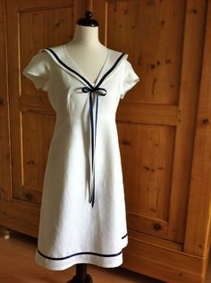Kleid im Matrosenstil mit abnehmbarem Kragen.