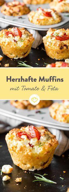 Ja, Muffins können auch herzhaft. Und wie! Diese kleinen Törtchen sind so unwiderstehlich gut, dass du den süßen Klassiker zu keiner Zeit vermisst. Das Besondere ist nicht nur das Herz aus Tomate und Feta, sondern auch der verführerische Duft von Rosmarin. Ein mediterraner Augenschmaus zum Jahresbeginn!