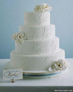 Pastel de boda tradicional cubierto de panal de abejas