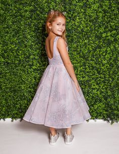 Style 5821 Charlie La Petite by Hayley Paige flower girl dress -Dusty Rose floral caviar mini-ball gown jewel neckline and circular skirt. Arriving in stores Spring 2018 Dusty Rose Dress, Hayley Paige, Junior Bridesmaid Dresses, Couture Fashion, Bridal Gowns, Caviar, Ball Gowns, Flower Girl Dresses, Jewel