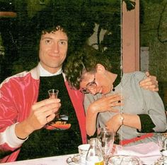 Brian May with a fan<<< That's his mother Queen Brian May, I Am A Queen, Save The Queen, John Deacon, Great Bands, Cool Bands, Princes Of The Universe, Roger Taylor, Sweet Guys