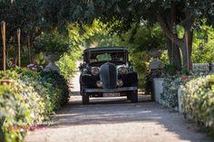 Entrada en coche en la masía de boda  Villa Delia