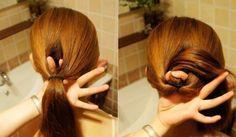 Faça um rabo de cavalo na altura de sua preferência, divida o cabelo ao meio antes do elástico que prende o rabo de cavalo e com o auxílio dos dedos passe todo o rabo de cavalo por dentro do espaço aberto;