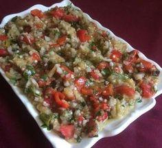 Soğanlar ve yeşil biberler sıvı yağda kavrulur. Daha sonra kabukları soyulmuş domates içine atılır. Domatesler pişerken baharatları atılır. Birazda da...