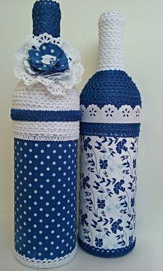Kit com 2 garrafas decoradas.   Garrafa de vidro, pintada e decorada com tecido e tira bordada.   Pronta entrega.