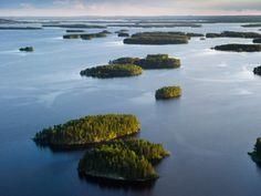 De la grande périphérie d'Helsinki jusqu'au grand lac Inari situé en Laponie, soit tout au nord du pays, la Finlande est parsemée d'oasis d'un bleu pur. Alors que le lac Inari est connu pour ses eaux profondes et cristallines, le lac Saimaa se signale quant à lui par la présence dans ses eaux du phoque annelé, une espèce locale menacée d'extinction qui est l'une des grandes attractions de la région.