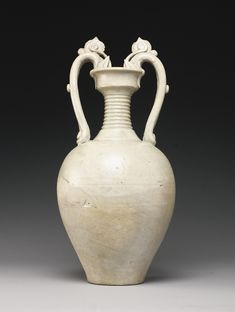 A STRAW-GLAZED STONEWARE AMPHORA TANG DYNASTY | Height 15 1/2  in