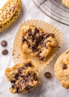 Healthy Banana Chocolate Chip Muffins - Baker by Nature Healthy Banana Muffins are moist, fluffy, and so sweet! A handful of chocolate chips makes them a little indulgent, without going overboard. Healthy Banana Muffins, Banana Chocolate Chip Muffins, Chewy Chocolate Chip Cookies, Chocolate Chips, Chocolate Cake, Healthy Chocolate, Keto Brownies, Muffins Morning Glory, Healthy Dessert Recipes