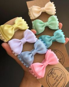 Mais novidades chegando... Gravatinha pompom Candy Colors 💕💕💕 Disponível na faixa e no bico de pato. @#voudelaco #lacos #laços #laçarotes… How To Make Ribbon, Diy Ribbon, Ribbon Bows, Making Hair Bows, Diy Hair Bows, Baby Bows, Baby Headbands, Baby Girl Hair Accessories, Hair Ribbons