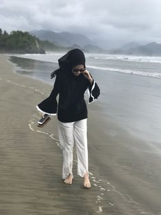 Beach hijab outfit Source by Sitedetailleplus Ootd Hijab, Hijab Outfit, Hijab Fashion Summer, Women's Fashion, Hijab Wedding, How To Pose, Beach Look, Outfit Of The Day, Summer Outfits