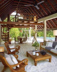 lindeza casa de praia com móveis de madeira, areia nos pés e teto alto. ♡♡♡♡♡