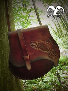 Flying owl leather bag by Noir-Azur on deviantART this is a satchel aka man purse Leather Carving, Leather Art, Sewing Leather, Leather Pattern, Leather Gifts, Leather Bags Handmade, Leather Pouch, Leather Tooling, Leather Purses