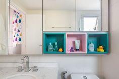 Nichos de madeira: 70 ideias e tutoriais para organizar a casa com estilo Decor, Shelves, Black Rack, Kitchen Decor, Floating Shelves, Modern Design, Kitchen Design Modern White, Home Decor, Modern Kitchen Design