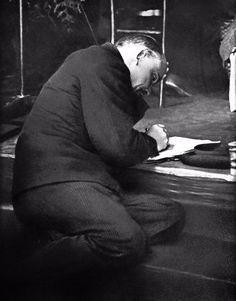 Москва, 1921 г. Заседание III конгресса Коминтерна. В.И. Ленин на ступеньках трибуны делает записи.