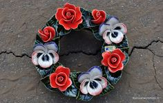 grafdecoratie van keramiek krans Majolica flowers from France Handmade and resistent to frost Handgemaakt Frans keramiek Cemetery Flowers, Ceramic Flowers, Porcelain Ceramics, Ornament Wreath, Frost, Projects To Try, Beautiful Pictures, Famous French, Wreaths