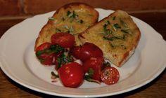 muskottisoturit: Valkosipuli-rosmariinileivät ja marinoidut kirsikkatomaatit
