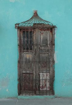 Cuba, I will visit you one day! By Kim Karmark Cool Doors, Unique Doors, The Doors, Windows And Doors, Entrance Doors, Doorway, Door Knockers, Door Knobs, Architecture Unique