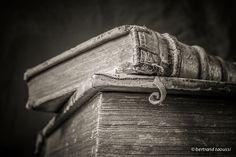 Bobinette Ici repose en paix le clan des caractères dans leur croute de cuir presque déconfit un coin de mystère comme une bobinette témoin du passage éphémère de l'humanité invite le lecteur à détricoter son œuvre quand la porte s'ouvrira sur le monde. BT