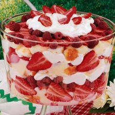 Low fat, low sugar strawberry and raspberry trifle. My colleague makes a similar trifle with sugar-free lemon pudding, sm container of fat-free lemon yogurt, and Cool Whip layered with fruit and angel food cake. Yummy Treats, Sweet Treats, Yummy Food, Yummy Yummy, Think Food, Love Food, Raspberry Trifle, Strawberry Mousse, Food Recipes