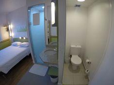 Banheiro e quarto do Ibis Budget