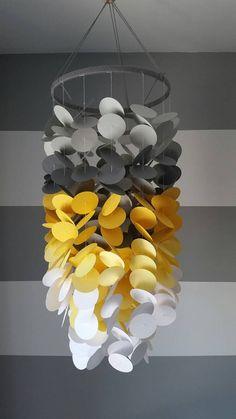 Mobile en papier gris, jaune et blanc. Chambre de garçon. Chambre de bébé…