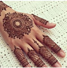 You HAVE to see these Minimal new mehndi design ideas for this wedding season! Party the mehndi party away with these back of the hand henna ideas! Finger Henna Designs, Bridal Henna Designs, Mehndi Designs For Girls, Unique Mehndi Designs, Mehndi Designs For Fingers, Beautiful Henna Designs, Latest Mehndi Designs, Henna Tattoo Designs, Mehandi Designs